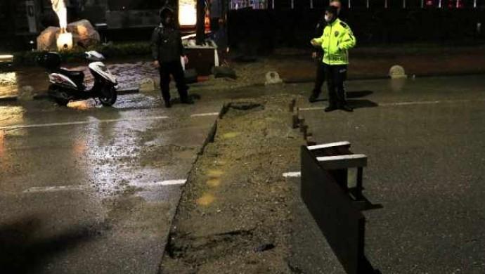 Adana'da aşırı yağıştan yol çöktü