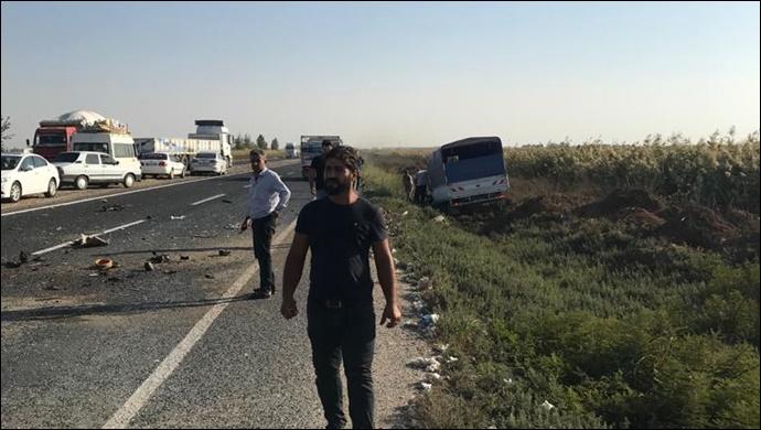 Akçakale Yolu'nda otomobil ve kamyonet çarpıştı: Yaralılar var!-(VİDEO)