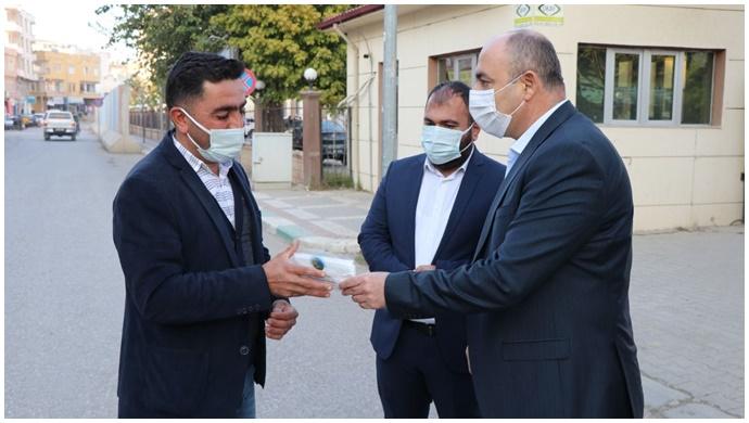 Başkan Aksoy Maske dağıttı uyarılarda bulundu
