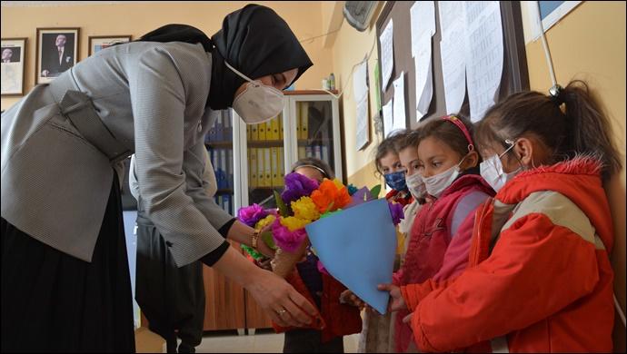 Başkan Ayşe Çakmak öğrencilere kırtasiye malzemesi dağıttı-(VİDEO)