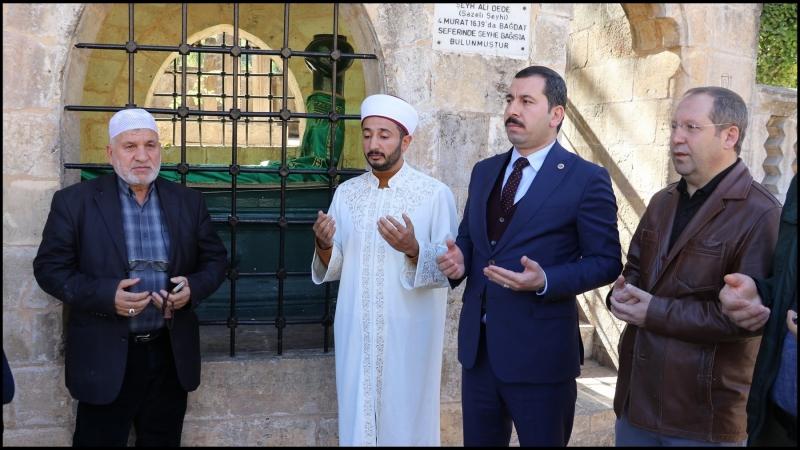 Başkan Baydilli,Şazeli Ali Dede'nin Kabrini Ziyaret Etti (VİDEO)
