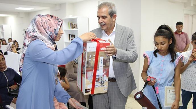 """Başkan Demirkol, """"Annemle Okuyorum"""" Projesinin Ödüllerini Taktim Etti"""
