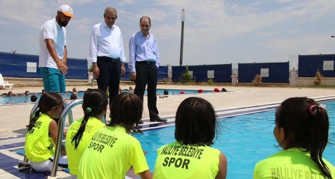 Başkan Demirkol, Yüzme Kursundaki Gençlerle Buluştu