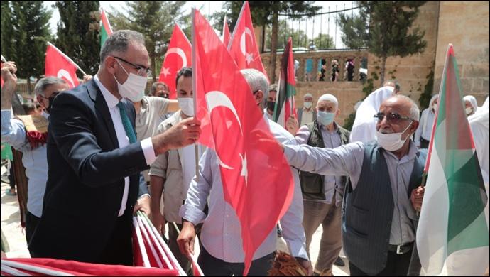 Başkan Kuş, vatandaşlara türk ve filistin bayrağı dağıttı