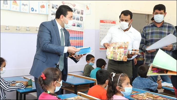 Başkan Özyavuz'dan Miniklere İlk Gün Hediyesi-(VİDEO)