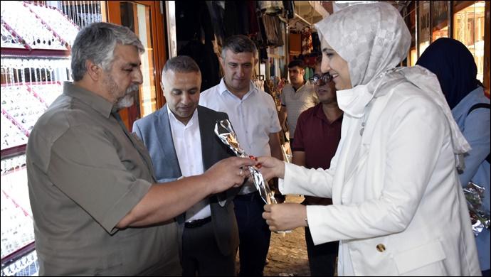 Belediye Başkanı Ayşe Çakmak Esnafları Ziyaret Ederek Karanfil Verdi