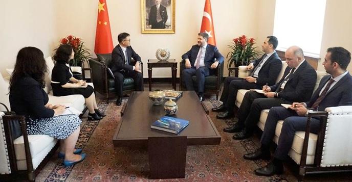 Büyükelçi Önen, ÇHC İnsan Kaynakları Uluslararası İşbirliği Departmanı Genel Müdürü Hao Bin ile;