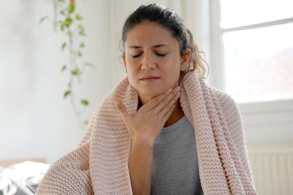 Dikkat, boğaz ağrısında bu yanlışlara düşmeyin