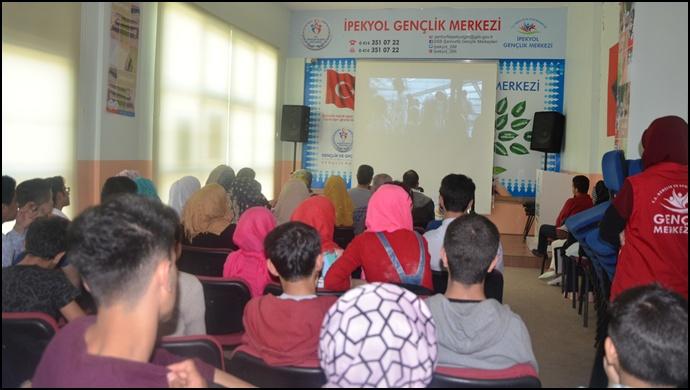 Gençler Şanlıurfa İpekyol Gençlik Merkezinde Sinema Filmi Analizi Yapıyor