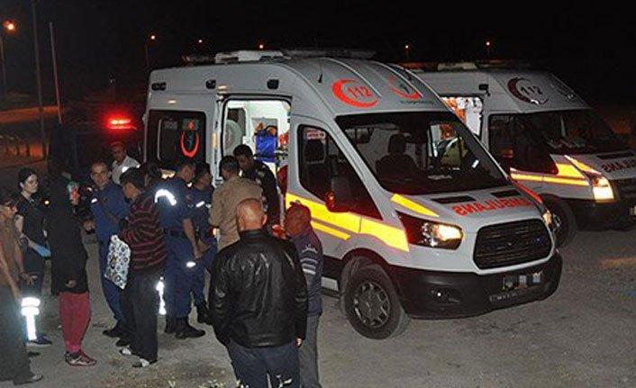 Göçmenleri taşıyan minibüs devrildi: 5 kişi yaşamını yitirdi
