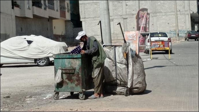 Gün ağarınca yola koyuluyor: 65 yaşındaki adam kağıt ve hurda topluyor-(VİDEO)