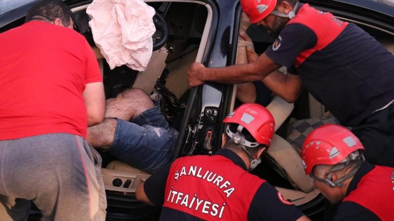 Haliliye'de kontrolden çıkan araç direğe çarptı: 1 yaralı-(VİDEO)