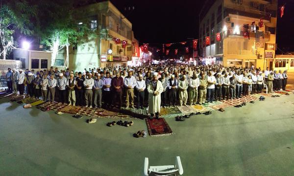 Hilvan'da, binlerce kişi Yatsı namazını meydanda kıldı