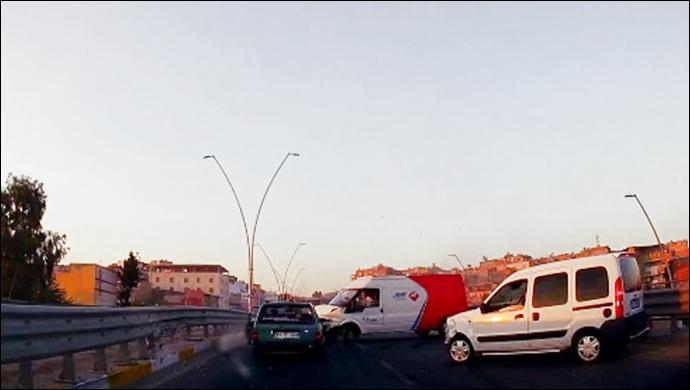 İpekyol Caddesi'nde zincirleme kaza: Araç yola sıkıştı-(VİDEO)