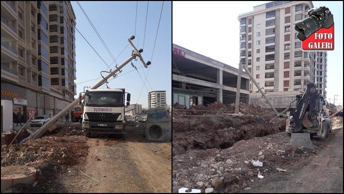 İş Makinesi Direkleri Devirdi Karaköprü Elektriksiz Kaldı