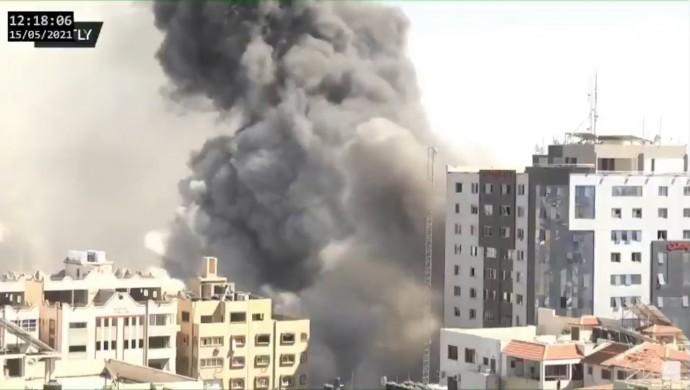 İsrail'in saldırısında medya kuruluşlarının ofislerinin bulunduğu bina yıkıldı