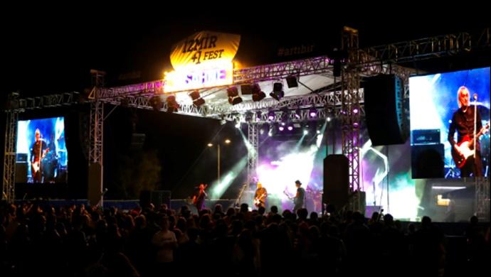 İzmir +1 Fest sahnesi Bulutsuzluk Özlemi efsanesini ağırladı
