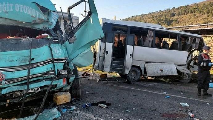 İzmir'de işçi servisi kaza yaptı: 4 ölü, 8 yaralı