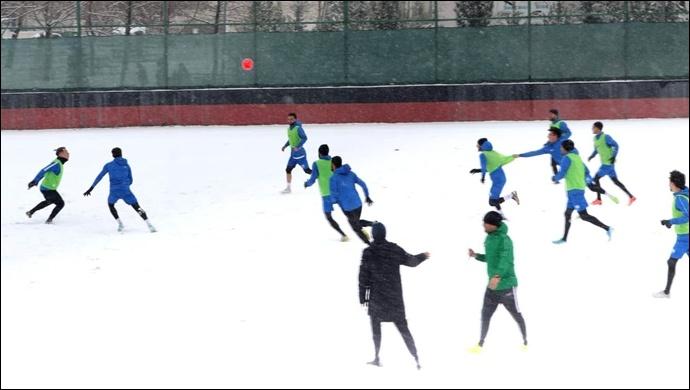Karaköprü Belediyespor Futbolcuların Karlı Havada Yomraspor Hazırlığı