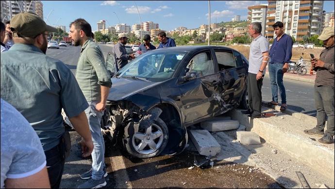 Karaköprü'de iki otomobil çarpıştı: Araçlar refüje çıktı