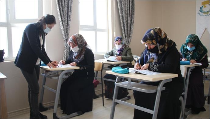 Kırmızı Kurdele Projesi İle Kadınlar Okuma- Yazma Öğreniyor