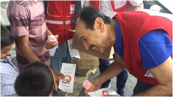 Kızılay'dan vatandaşlara lokum ikramı