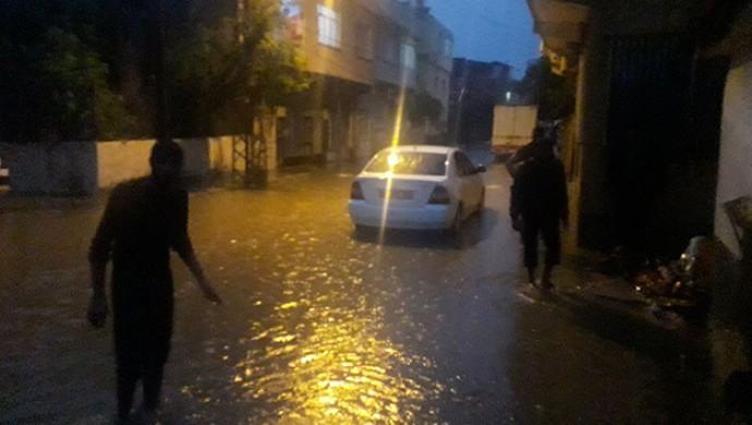 Kozan'da sağanak yağış sele dönüştü