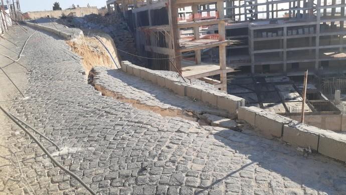 Mardin'de tarihi şehre giden yolda yarık oluştu