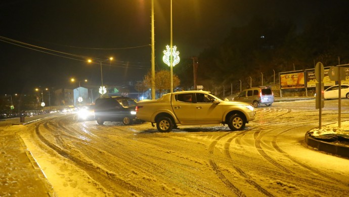 Mardin'e kar düştü, araçlar yolda kaldı