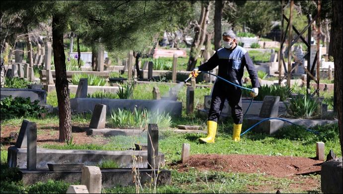Mezarlıklarda yabani otlarla mücadele çalışmaları başladı