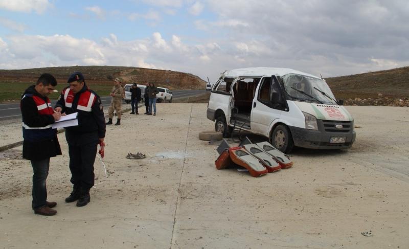 Midyat'ta minibüs devrildi: 3 kişi yaşamını yitirdi 14 yaralı