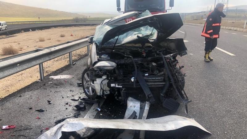Otomobil beton mikserine çarptı! 2 kişi hayatını kaybetti