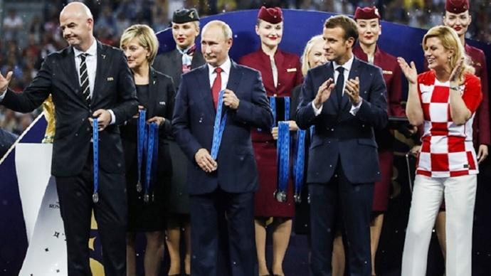 Putin'den kupa jesti: Kaldırdık!