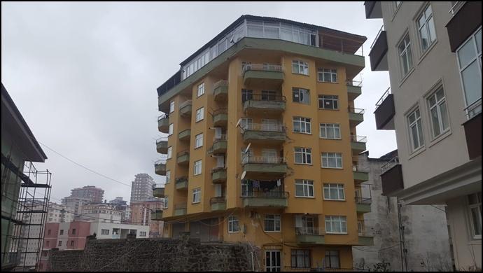Rize'de kolonlarına çatlaklar oluşan bina boşaltıldı