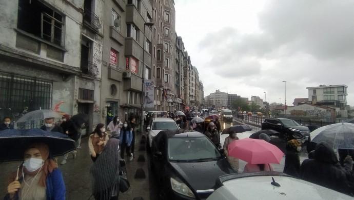 Sağanak yağış İstanbul trafiğini felç etti