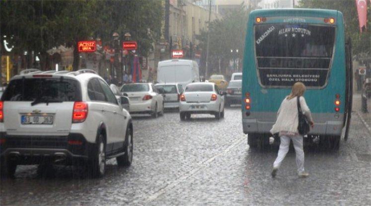 Sağanak yağış, yaya ve sürücüleri hazırlıksız yakaladı