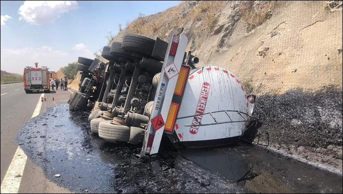 Şanlıurfa karayolunda yakıt tankeri devrildi: Sürücü araca sıkıştı