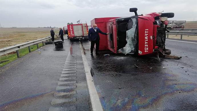 Şanlıurfa'da itfaiye aracı kaza yaptı! Araç karayolunda yan yattı
