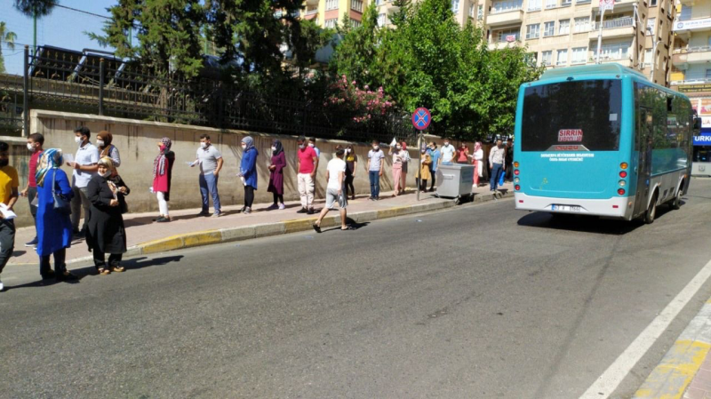 Şanlıurfa'da YKS adayları aşırı sıcaklar altında içeri alınmaya başladı
