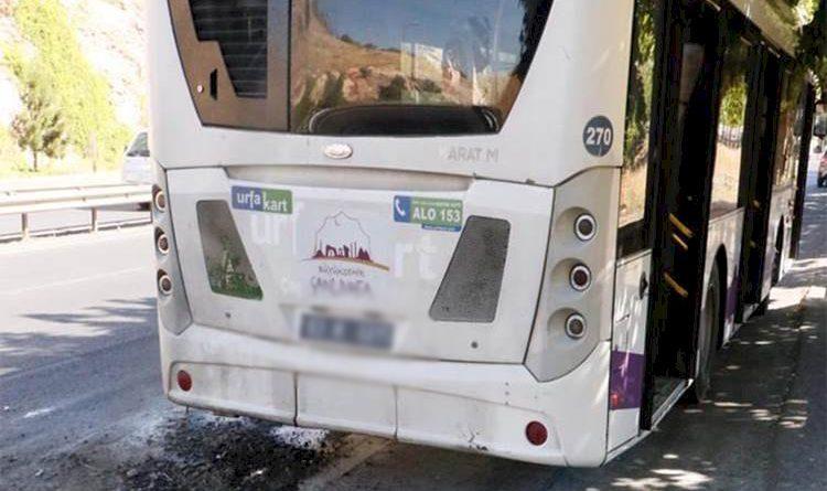 Seyir halindeki belediye otobüsü alev aldı