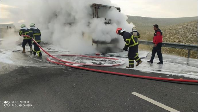 Seyir halindeki yolcu otobüsü yandı! İtfaiye müdahale etti