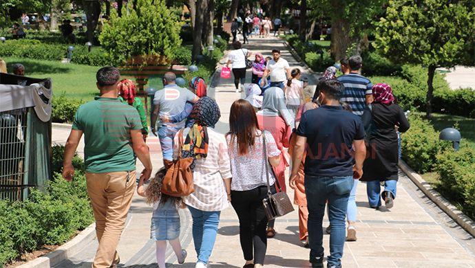 Sınavdan çıkan Urfalı öğrenciler soluğu Balıklıgöl'de aldı