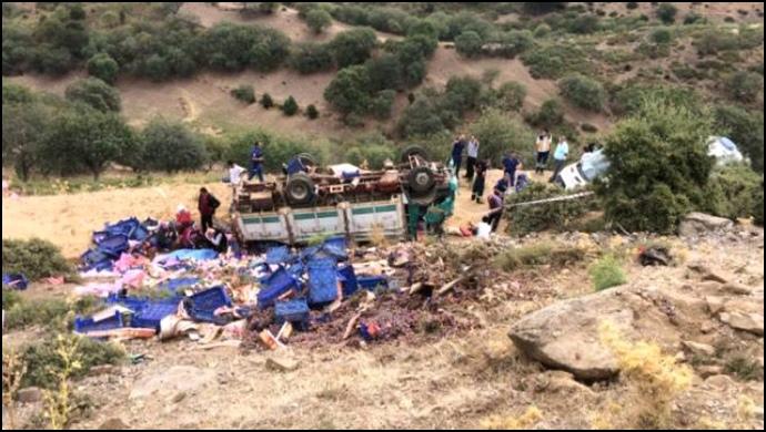 Tarım işçilerini taşıyan kamyon devrildi