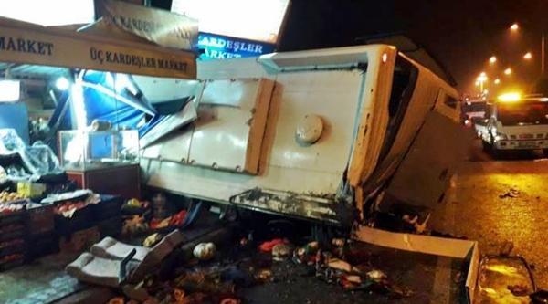 TIR işçi servisine çarptı: 1 işçi yaşamını yitirdi