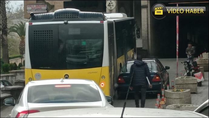 Tünelin ucuna aracını park etti! Halk otobüsü geçemedi