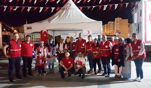 Türk Kızılay'ından 15 Temmuz gecesi kek, meyve suyu, su ikramı