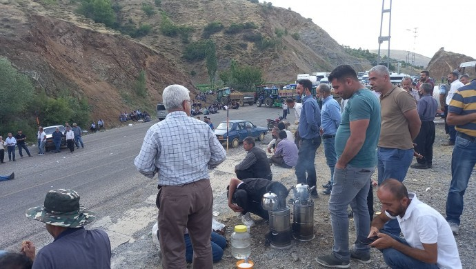 Tütüncüler geri adım atmıyor: Çelikhan yolu 7 saat trafiğe kapalı