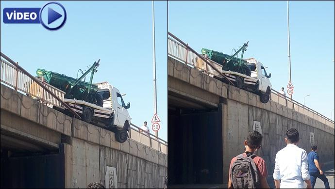 Urfa'da faciaya ramak kaldı, araç köprüde asılı kaldı!