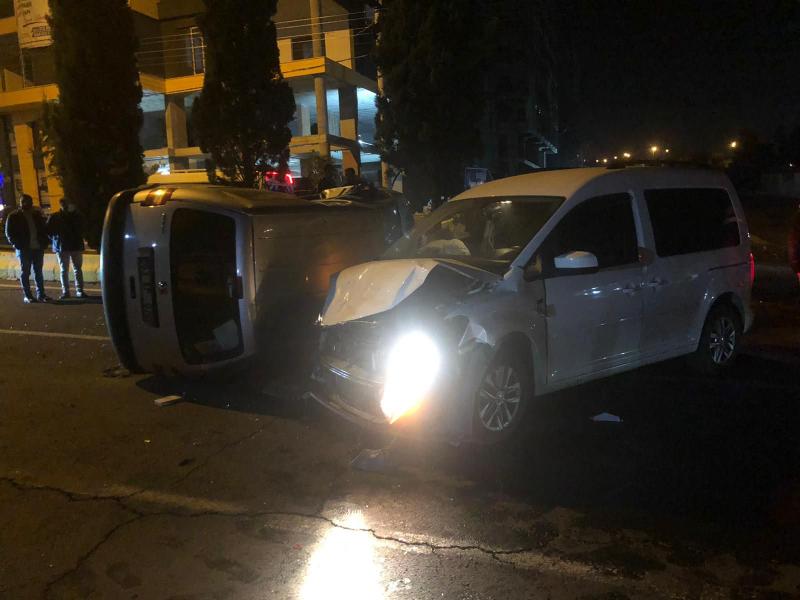 Urfa'da iki otomobil çarpıştı! Araçlardan birisi takla attı