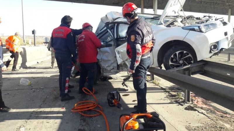 Urfa'da kaza yapan araç bariyerlerin üzerine çıktı